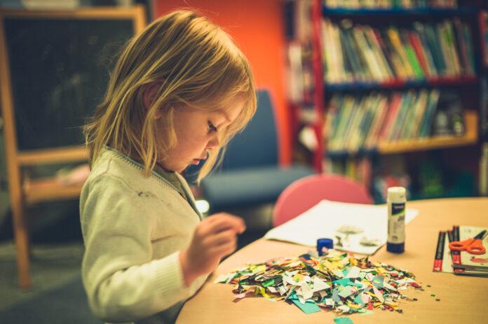 jaki klej do pracy plastycznych wybrać dla dziecka?